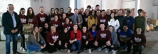 El alcalde junto a miembros de la Asociación de Reyes Magos y los voluntarios de la campaña 'Ningún niño sin juguete'
