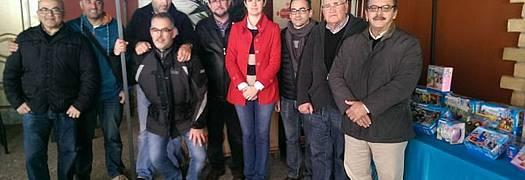 Cermen Jiménez y Francisco José Salado junto a miembros de Clik Cádiz, Cáritas y Asociación de Reyes Magos.